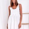 SCANDEZZA Biała sukienka z ozdobna gipiurą przy dekolcie - zdjęcie 1