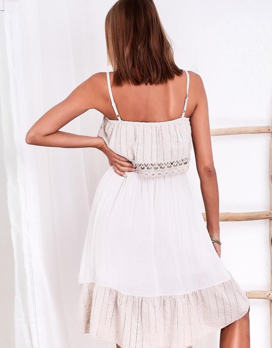 SCANDEZZA Beżowa ażurowana sukienka z falbaną przy dekolcie