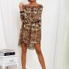 SCANDEZZA Brązowa sukienka hiszpanka oversize ze wzorem skóry węża - zdjęcie 4