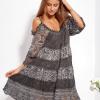 SCANDEZZA Grafitowa sukienka cold shoulder z koronką i cekinowym haftem - zdjęcie 3