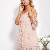 SCANDEZZA Pudroworóżowa sukienka cold shoulder z koronką i cekinowym haftem - zdjęcie 3
