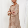 SCANDEZZA Beżowa sukienka oversize z cekinami w malarski deseń - zdjęcie 4