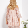 SCANDEZZA Pudroworóżowa sukienka cold shoulder z koronką i cekinowym haftem - zdjęcie 2