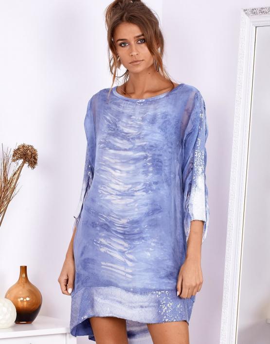 modelka ubrana w letnią zwiewną sukienkę