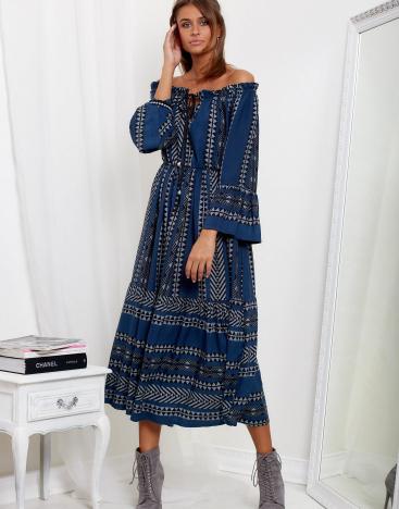 Modelka ubrana w długą sukienkę