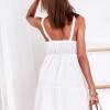 SCANDEZZA Biała sukienka z ozdobna gipiurą przy dekolcie - zdjęcie 3