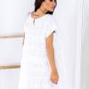 SCANDEZZA Biała ażurowana sukienka oversize - zdjęcie 3