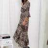 SCANDEZZA Beżowa długa sukienka w panterkę z dłuższym tyłem - zdjęcie 3