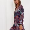 SCANDEZZA Bordowo-turkusowa sukienka w geometryczny nadruk - zdjęcie 4