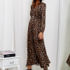 SCANDEZZA Brązowa sukienka maxi w panterkę - zdjęcie 3
