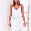 SCANDEZZA Biała sukienka damska z ażurowanym dołem - zdjęcie 6