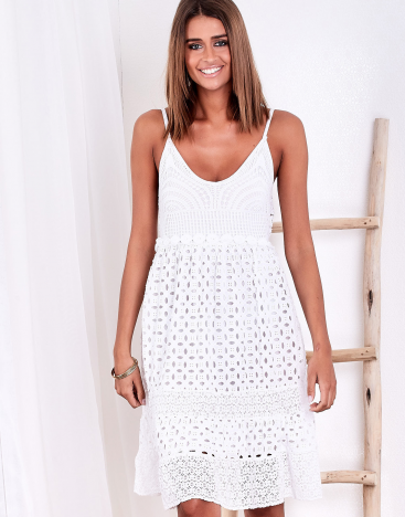 SCANDEZZA Biała sukienka damska z ażurowanym dołem