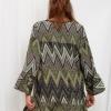 SCANDEZZA Zielona sukienka w geometryczny nadruk - zdjęcie 4