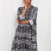 SCANDEZZA Szara sukienka oversize w wężowy wzór - zdjęcie 1
