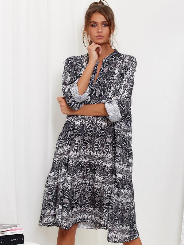 Modelka w luźnej letniej sukience