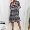 SCANDEZZA Szara sukienka oversize w wężowy wzór - zdjęcie 2