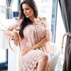 SCANDEZZA Pudroworóżowa sukienka cold shoulder z koronką i cekinowym haftem - zdjęcie 4