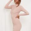 SCANDEZZA Pudroworóżowa dopasowana sukienka w prążek z oczkami - zdjęcie 3