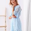 SCANDEZZA Niebieska koronkowa sukienka z kopertowym dekoltem - zdjęcie 4