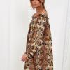 SCANDEZZA Brązowa sukienka hiszpanka oversize ze wzorem skóry węża - zdjęcie 5