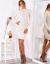 Modelka w krótkiej, obcisłej sukience