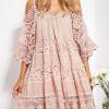SCANDEZZA Pudroworóżowa sukienka cold shoulder z koronką i cekinowym haftem - zdjęcie 6