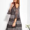 SCANDEZZA Grafitowa sukienka cold shoulder z koronką i cekinowym haftem - zdjęcie 6