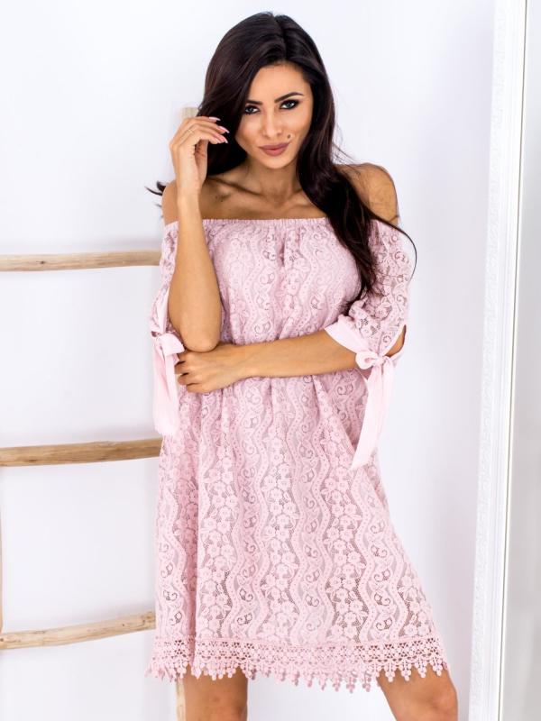 SCANDEZZA Różowa koronkowa sukienka z hiszpańskim dekoltem