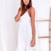 SCANDEZZA Biała sukienka damska z ażurowanym dołem - zdjęcie 1