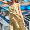 SCANDEZZA Beżowa zwiewna sukienka damska z cekinową lamówką - zdjęcie 5