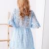 SCANDEZZA Niebieska koronkowa sukienka z kopertowym dekoltem - zdjęcie 2