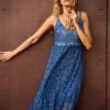 SCANDEZZA Niebieska sukienka maxi z ażurowym dekoltem - zdjęcie 2