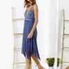 SCANDEZZA Niebieska sukienka maxi z ażurowym dekoltem - zdjęcie 4