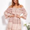 SCANDEZZA Pudroworóżowa sukienka hiszpanka z koronką i perełkami - zdjęcie 3
