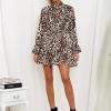 SCANDEZZA Ecru sukienka w panterkę z wiązanym chokerem - zdjęcie 1