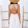 SCANDEZZA Beżowa sukienka z ozdobnym dekoltem z tyłu - zdjęcie 6