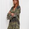 SCANDEZZA Zielona sukienka w geometryczny nadruk - zdjęcie 2