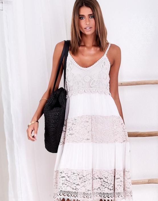 SCANDEZZA Beżowa sukienka z koronkowymi wstawkami i cekinami