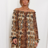 SCANDEZZA Brązowa sukienka hiszpanka oversize ze wzorem skóry węża - zdjęcie 1
