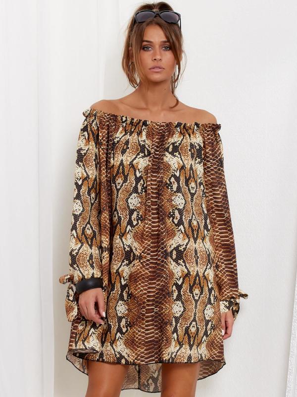Modelka w krótkiej sukience we wzory skóry węża