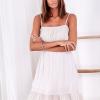 SCANDEZZA Beżowa ażurowana sukienka z falbaną przy dekolcie - zdjęcie 2