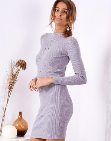 Modelka w obcisłej sukience