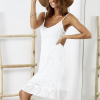 SCANDEZZA Biała sukienka z ozdobnym kwiatowym haftem - zdjęcie 2