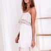 SCANDEZZA Beżowa ażurowana sukienka z falbaną przy dekolcie - zdjęcie 4
