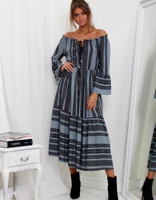 Modelka ubrana w długą modną sukienkę