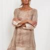SCANDEZZA Beżowa sukienka oversize z cekinami w malarski deseń - zdjęcie 1