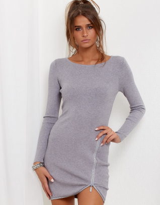 Modelka ubrana w szarą obcisłą sukienkę