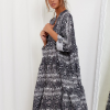 SCANDEZZA Szara sukienka oversize w wężowy wzór - zdjęcie 4