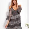 SCANDEZZA Grafitowa sukienka cold shoulder z koronką i cekinowym haftem - zdjęcie 4