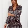 SCANDEZZA Szaro-bordowa sukienka w geometryczny nadruk - zdjęcie 2